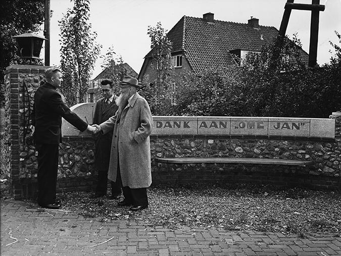 Ome Jan voor het bankje ter ere van hemzelf op landgoed Zonnestraal